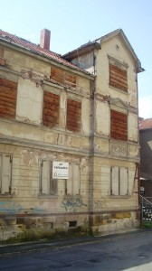 Straßenseite von links vor Sanierung