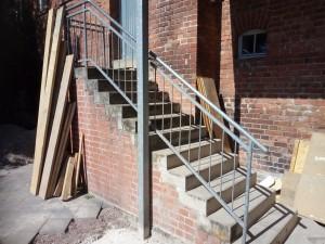 Vorhandene Treppe, die durch Stahltreppe zu ersetzen ist, das Geländer ist wiederzuverwenden.