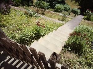Die 16,7 m lange Treppe, die mit einem einfachen Handlauf (ohne Brüstung) links zu versehen ist.